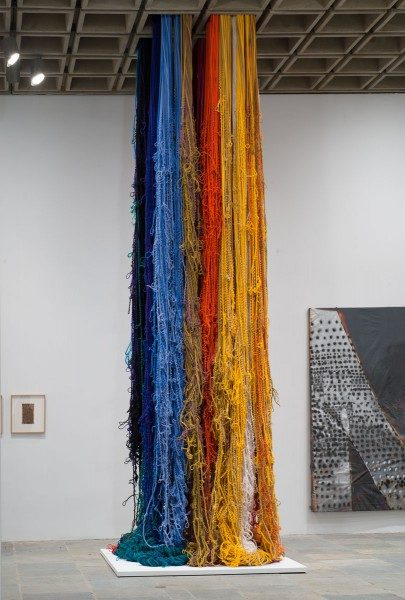 Pillar of Inquiry/Supple Column, 2013-2014, de Sheila Hicks. Whitney Biennial 2014, Whitney Museum of American Art, NY. Colección de la artista. Cortesía: Sikkema Jenkins & Co., NY. Foto: Bill Orcutt