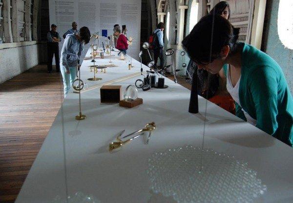 Manuela Ribadeneira, El arte de navegar: Objetos de duda y de certeza, 2011- 2014, instalación compuesta por una mesa y entre 47 y 50 objetos. Foto: Felipe Mujica