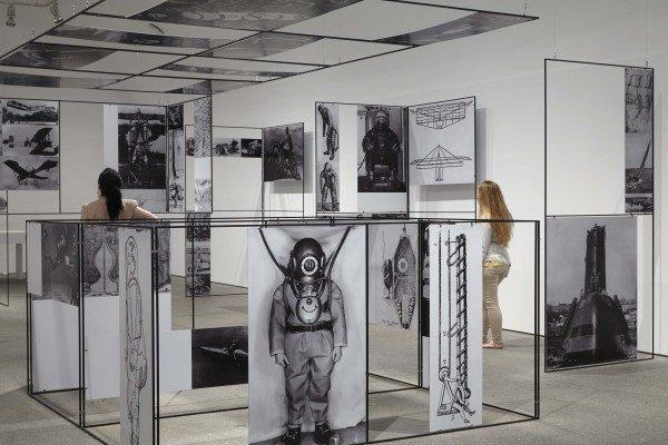 Richard Hamilton, vista de sala con la instalación Man, Machine and Motion, 1955, Museo Reina Sofía, 2014. Foto: Joaquín Cortés / Román Lores