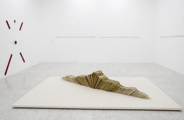 Jac Leirner, To and From (MoMA, Oxford), 1991, sobres, cordel, 46 x 3,3 x 325 cm. Col. Cisneros, Caracas.Foto: Daniela Uribe. Cortesía: Museo Tamayo