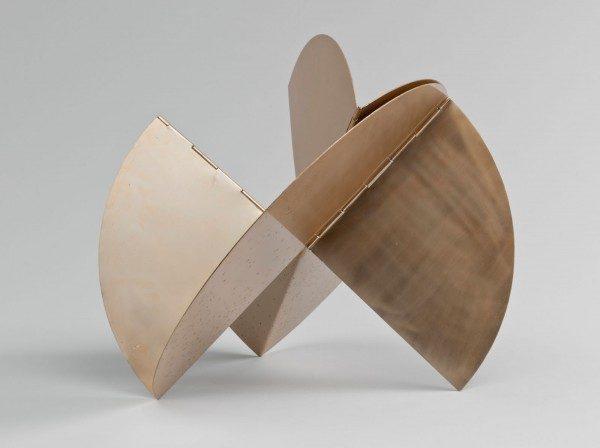 Lygia Clark, Relógio de sol (reloj de sol), 1960, aluminio con pátina de oro. Dimensiones variables (aproximadamente 52,8 x 58,4 x 45,8 cm). Cortesía: Associação Cultural O Mundo de Lygia Clark, Río de Janeiro