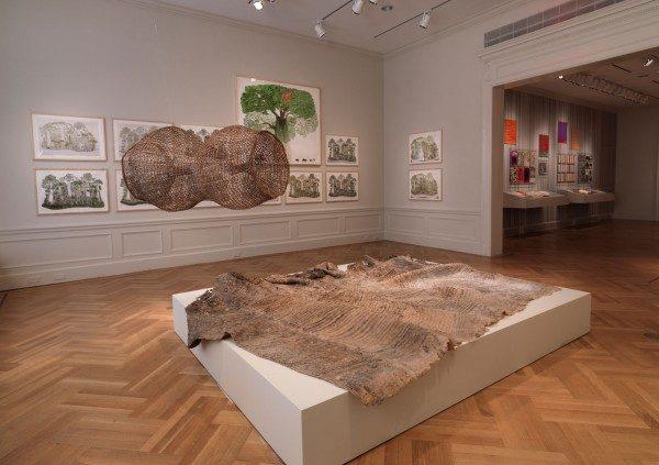 Vista de la exposición Waterweavers con obra de Alberto Baraya (primer plano), y Abel Rodríguez (arriba y fondo). Foto: Bruce White