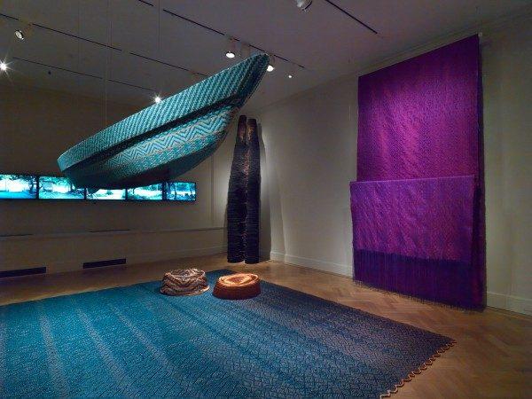 Vista de la exposición Waterweavers con el trabajo de Jorge Lizarazo / Hechizoo (primer plano), y Nicolás Consuegra (fondo, centro). Foto: Bruce White