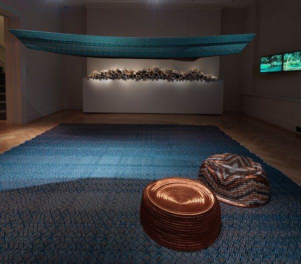 Vista de la exposición Waterweavers con el trabajo de Jorge Lizarazo / Hechizoo (primer plano), Carol Young (fondo, centro), y Nicolás Consuegra (fondo, a la derecha). Foto: Bruce White