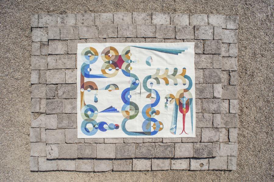 Eamon Ore-Giron, Talking Shit With Quetzalcoatl/ I Like Mexico and Mexico Likes Me, 2017, lana, cobre, adobe. Cortesía del artista | Rafa Esparza, cimiento de adobe elevado para Talking Shit With Quetzalcoatl, 2017, de Eamon Ore-Giron. Cortesía del artista