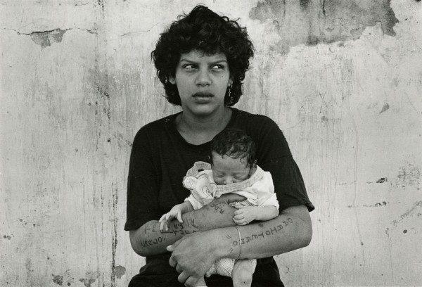 Adriana Lestido, Mujer prisionera con su hija, Argentina, 1991-1992. Colección Leticia y Stanislas Poniatowski. © Adriana Lestido