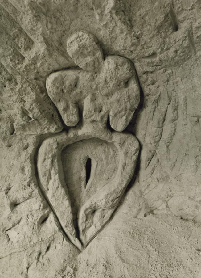 Ana Mendieta, Guanaroca (Esculturas Rupestres), 1981, impresión digital sobre papel. Cortesía Ana Mendieta Collection; LLC; Galerie Lelong, Nueva York