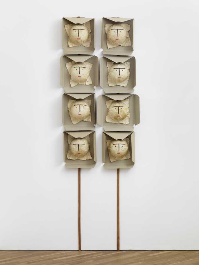 Geta Brătescu, Mume (Madres), 2004, papel, cartón, témpera, palos de madera, 216 x 72 x 10 cm. Cortesía: Hauser & Wirth