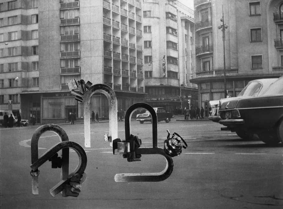 Geta Brătescu, Magnetii in Oras (Magnetos en la ciudad),1974, fotomontaje, texto en vinilo,150 x 209.7 cm. Cortesía: Hauser & Wirth