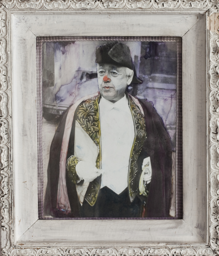 Geta Brătescu, Ionescu - The Clown (Ionescu - El Payaso), 1971, impresión en gelatina de plata, témpera, textil, tinta y marco de madera, 23,8 x 18,7 cm. Cortesía: Hauser & Wirth