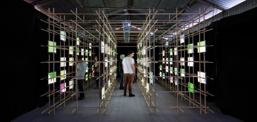 Minimal Technology, 8.8, vista de la instalación en Galería Metropolitana, Santiago. Bienal de Artes Mediales, 2017. Foto: Benjamín Matte.