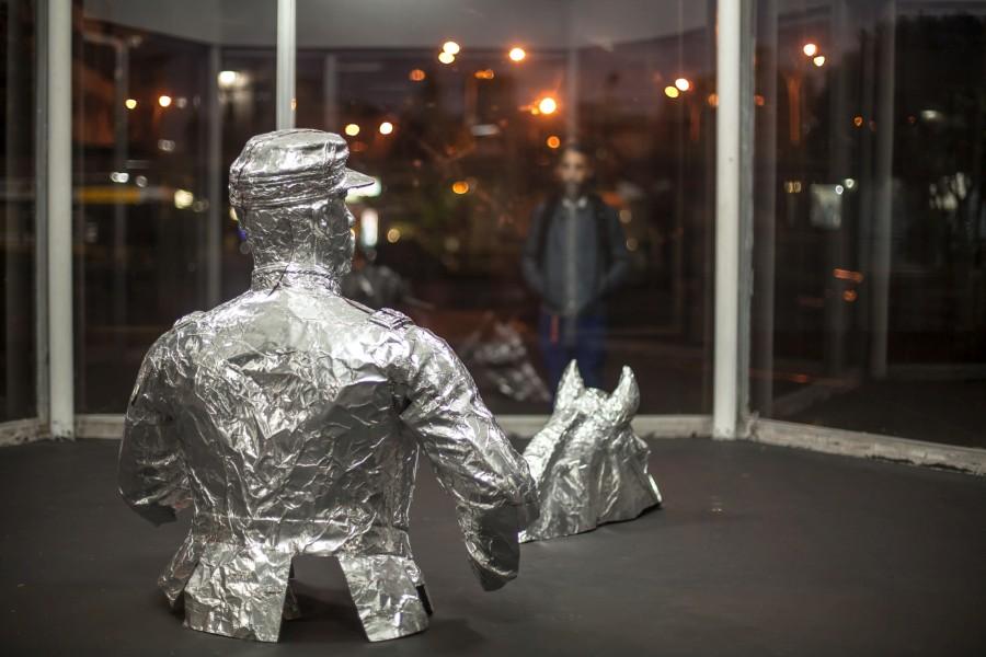 Iván Bravo, Comodoro, 2012, vista de la instalación en Galería Tajamar, Santiago de Chile. Foto: Aryeh Kornfeld