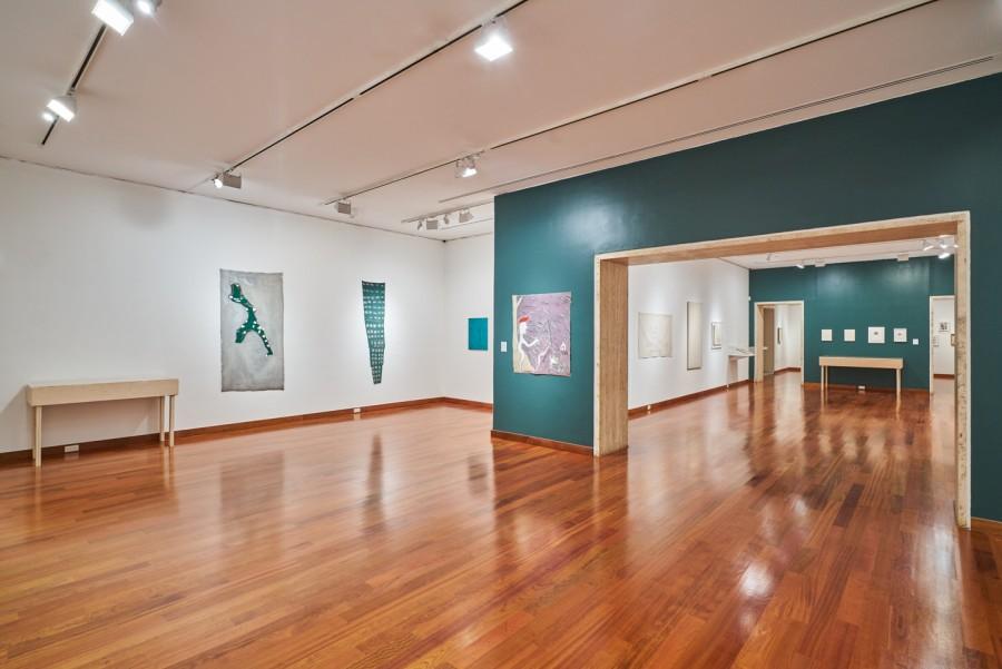 """Vista de la exposición """"José Leonilson: Empty Man"""", en Americas Society, Nueva York, 2017. Foto: Beatriz Meseguer. Cortesía: Americas Society"""