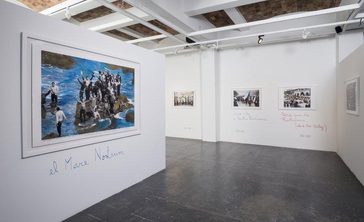 """Vista de la exposición """"Mitos Fundacionales"""", de Marcelo Brodsky, en Espacio El Dorado, Bogotá. Foto cortesía de Espacio El Dorado"""
