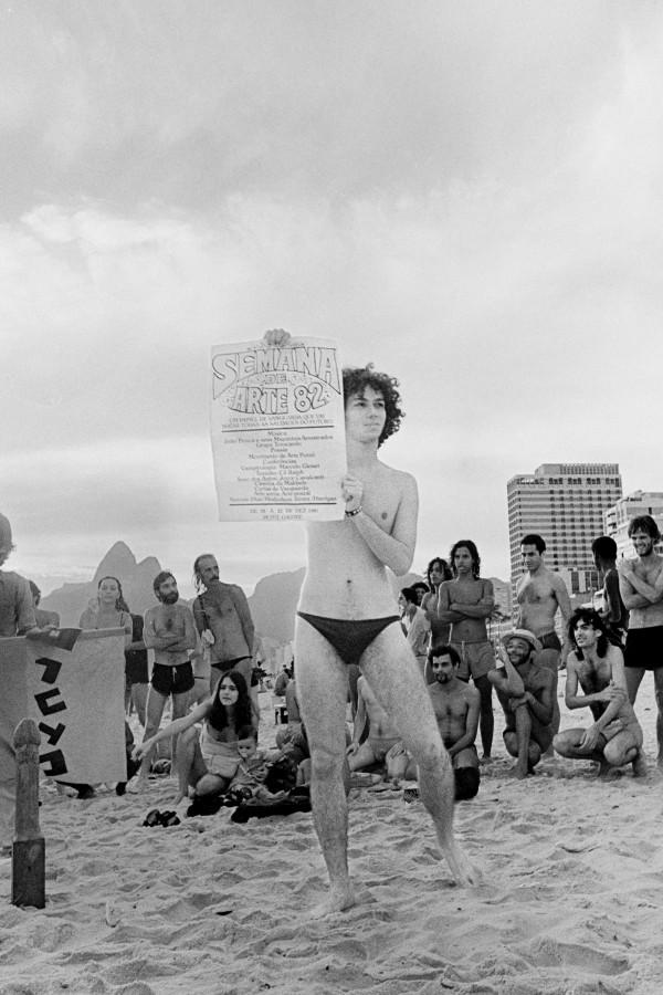 Eduardo Kac/ Movimento de Arte Pornô, performance em la playa de Ipanema, 1981. Cortesía: Eduardo Kac y Luciana Caravello Arte Contemporânea