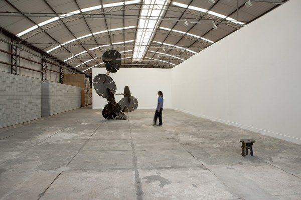Ernesto Neto, Mitodengo, 2009, acero, 479.3 x 270.3 x 532.3 cm. Vista de instalación en Galpão Fortes Vilaça, Sao Paulo, 2009. Fotografía: Eduardo Ortega