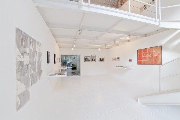 Vista de la exposición Posição Amorosa, de Hudinilson Jr, en la galería Jaqueline Martins © Foto: Filipe Berndt