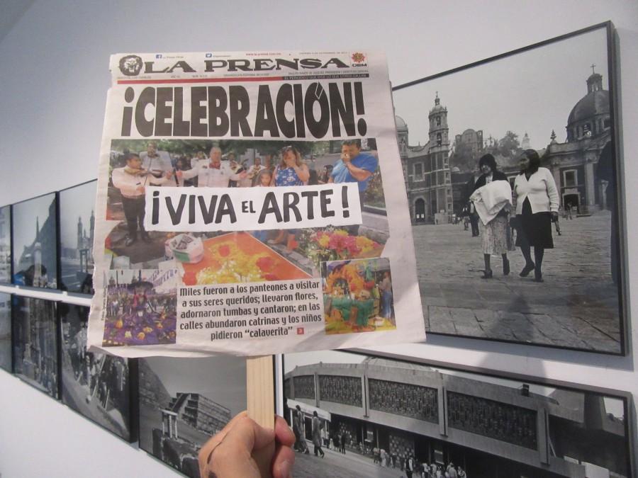 """Acción de Carlos Ginzburg en su muestra """"Los viajes de Ginzburg, 1972-2017"""", en el Museo de Arte Carrillo Gil, Ciudad de México. Cortesía del artista"""