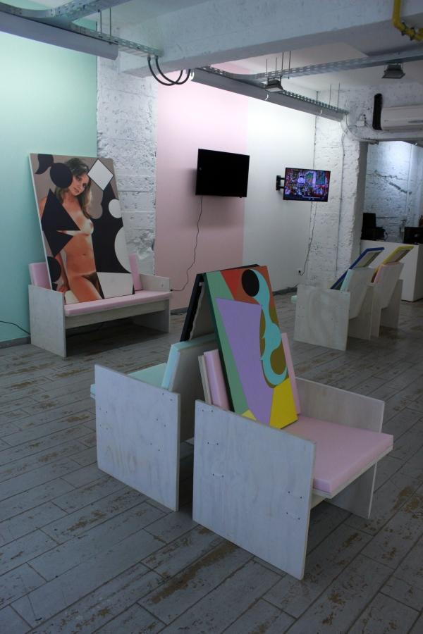 """Vista de la exposición """"PLAYPEN 4. SCL Edition"""", de Adriana Minoliti, en Metales Pesados Visual, Santiago de Chile, 2017. Foto cortesía de la galería"""