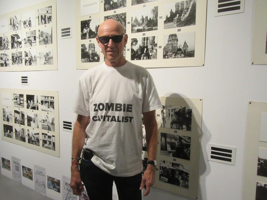 """El artista Carlos Ginzburg en su muestra """"Los viajes de Ginzburg, 1972-2017"""", en el Museo de Arte Carrillo Gil, Ciudad de México. Cortesía del artista"""