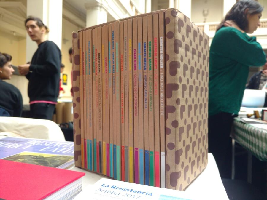 Colección de Catálogos Die Ecke (2014-2016) en el stand de Die Ecke (Chile), feria Impresionante 2017. Foto: Alejandra Villasmil