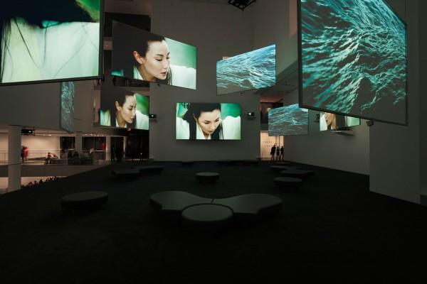 Isaac Julien, Ten Thousand Waves, 2010, video instalación de nueve canales (color, sonido), 49;41 min, Vista de instalación en el The Museum of Modern Art, Nueva York, Foto Jonathan Muzikar