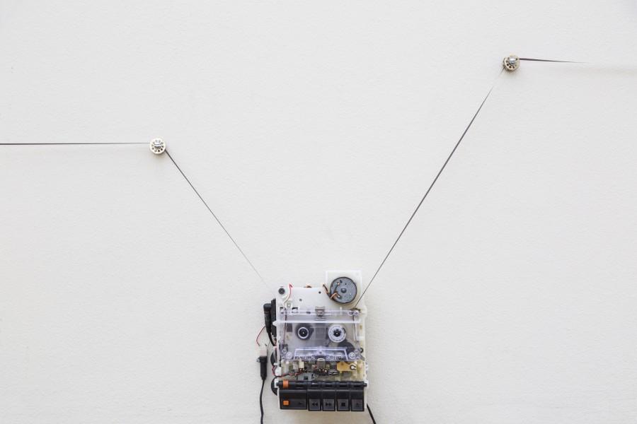 Sebastián Jatz Rawicz, Kay's Wake, 2017, cinta de cassette en loop, 7 minutos. Vista de la instalación en la 13° Bienal de Artes Mediales, Museo Nacional de Bellas Artes, Santiago de Chile. Foto: Benjamín Matte