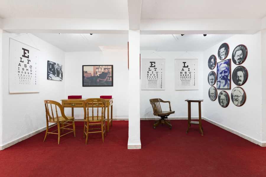 """Vista de """"Óptica Bronstein"""", de Pablo Helguera y Yevgeniy Fiks, 2017. Museo Casa de León Trotsky. Cortesía del Museo Jumex. Foto: © Abigail Enzaldo"""