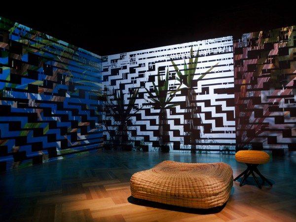 Vista de la exposición Waterweavers con el trabajo de Ceci Arango (primer plano) y Monika Bravo (al fondo). Foto: Juan Luque