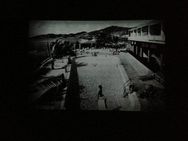 Mario García Torres, Je ne sais si c'en est la cause, 2009. Proyección de 58 diapositivas en color de 35mm, en dos canales, con disco de vinilo. Colección Patricia Phelps de Cisneros