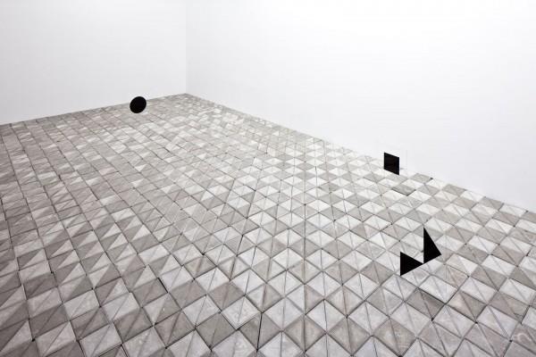 Marlon de Azambuja, Mar de Estabilidad, 2014, adoquines, cristales y rotuladores, dimensiones variables. Cortesía del artista