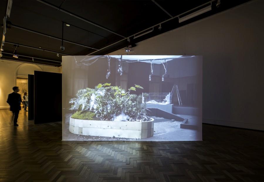 Maya Watanabe, Earthquakes, 2017, video dos canales, 9 minutos. Vista de la obra en la 13° Bienal de Artes Mediales, Museo Nacional de Bellas Artes, Santiago de Chile. Foto: Benjamín Matte
