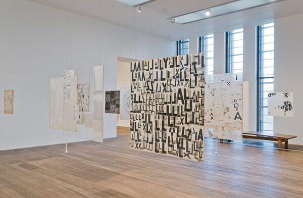 Vista de la instalación Graphic Objects, 1967–2014. Transferencias de dibujo sobre papel japonés entre láminas de acrílico transparente. Cortesía: Tate