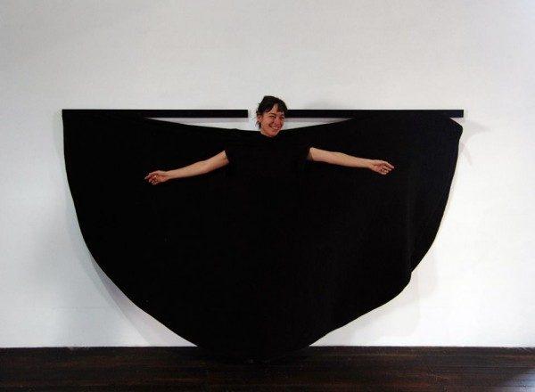 Olivia Ardui interactuando con la obra de Martha Araújo. Foto: Felipe Mujica