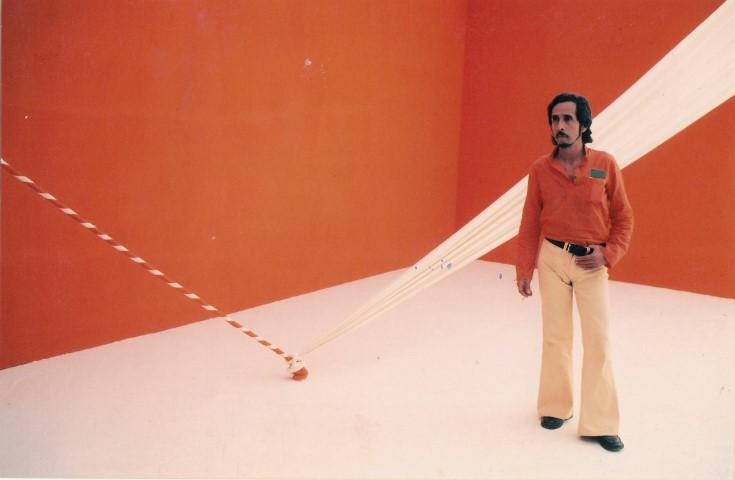 """Jorge Eduardo Eielson en el performance """"El cuerpo de Giulia-no"""", 1972, Bienal de Venecia XXXVI. Cortesía: MALI"""