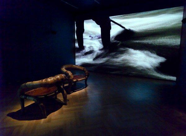 Vista de la exposición Waterweavers con el trabajo de Marcelo Villegas (primer plano) y Clemencia Echeverri (al fondo). Foto: Bruce White
