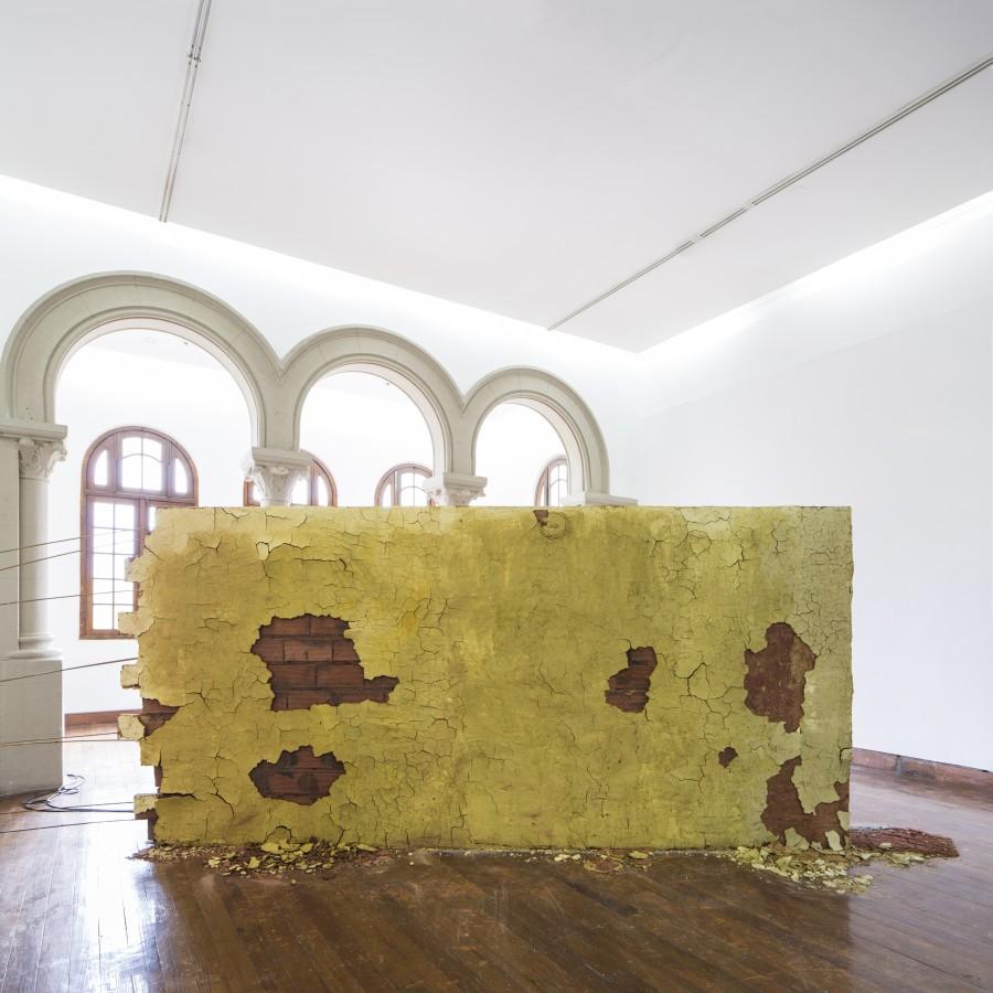 Juan Sorrentino, Derrumbe, 2017, muro, sistema sonoro. Vista de la instalación en Galería Macchina, Santiago de Chile. Bienal de Artes Mediales 2017. Foto: Benjamín Matte
