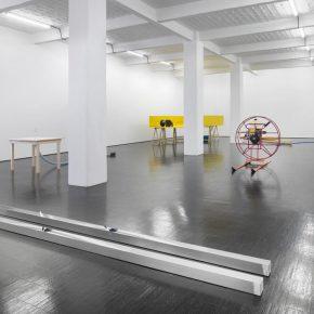 Vista de la exposición Neue Skulpturen, de Roman Signer, en Galerie Barbara Weiss, Berlín, Cortesía de la galería