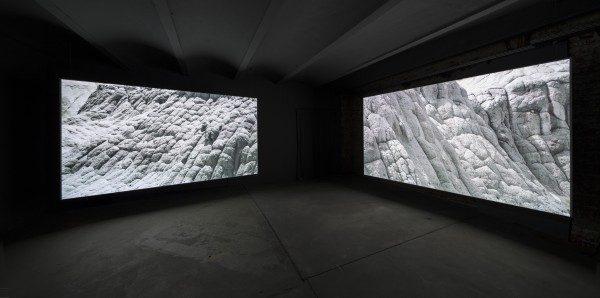 David Zink Yi, The Strangers, 2014, instalación de video HD en dos canales, color, sonido, 81'. Cortesía: David Zink Yi; Hauser & Wirth, Londres/ NY/Zurich; Johann König, Berlín; Livia Benavides 80M2, Lima. Foto: Anders Sune Berg