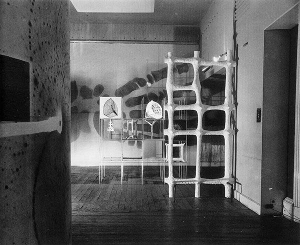 Richard Hamilton, Growth and Form, vista de la instalación original en 1951. Vía The Independent Group Image Library