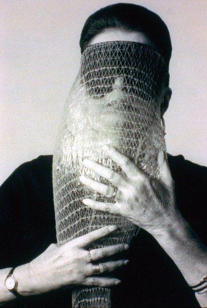 Lygia Clark, Máscara abismo com tapa-olhos (Máscara Abismo con parche en el ojo), 1968, una obra hecha de tela, bandas elásticas, una bolsa de nylon y una piedra (en uso). Cortesía: Associação Cultural O Mundo de Lygia Clark, Río de Janeiro. Foto: Sergio Gerardo Zalis, 1986.
