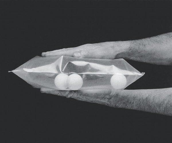 Lygia Clark, Ping-pong, 1966, en uso. Los objetos son pelotas de ping pong y una bolsa de plástico. Cortesía: Associação Cultural O Mundo de Lygia Clark, Río de Janeiro