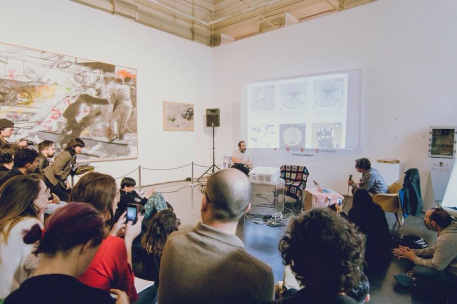 Iván Navarro durante la presentación de su sello Hueso Records, en la feria Impresionante, 2017. Foto: Dai-Liv. Cortesía: IMPRESIONANTE