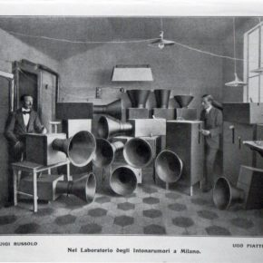 Intonarumori, una máquina de producir ruidos construida por el Futurista italiano Luigi Russolo en 1914