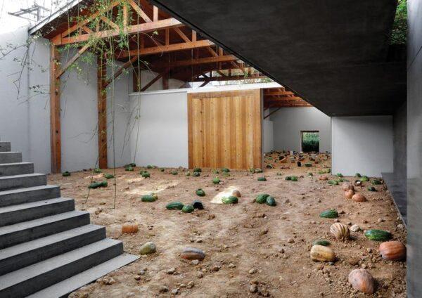 Vista de la exposición Los Teatros de Saturno, de Adrián Villar Rojas, en kurimanzutto, Ciudad de México, 2014. Foto: kurimanzutto