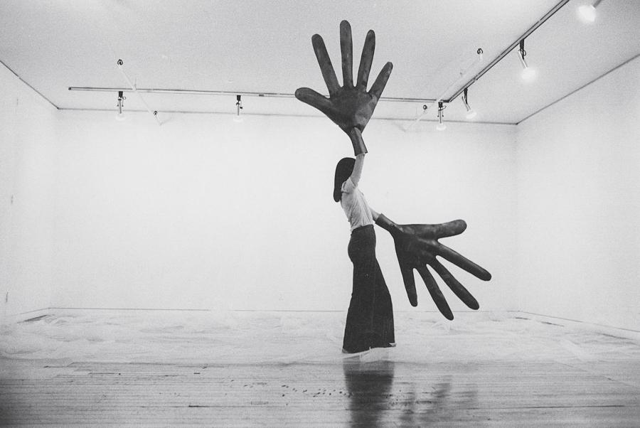 Sylvia Palacios Whitman (Chile, 1941; vive y trabaja en EEUU). Passing Through, Sonnabend Gallery, 1977. Documentación del performance; fotógrafa: Babette Mangolte. 27,9 × 35,6 cm. Cortesía: Babette Mangolte © 1977 Babette Mangolte
