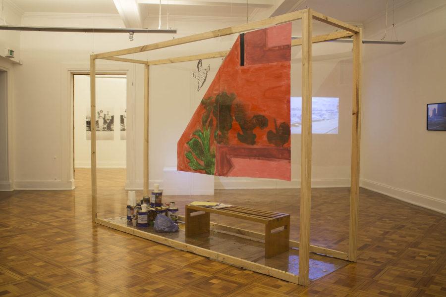 Oreet Ashery, instalación en la que dos haitianos trabajan en la reproducción de una obra que integra la colección MSSA. Foto: MSSA