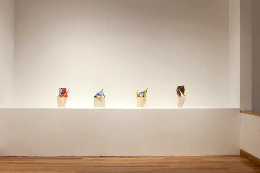 Gerardo Pulido. Cartas #1-4 (a L.C.) (2017-2014), plumón, cinta de enmascarar, lápiz de color y papel mural sobre cartón pluma de tamaño carta (28 x 22 x 0,5 cms c/u desplegado), base de madera de balsa con pasta de muro teñida. Foto: Sebastián Mejía, cortesía del artista.