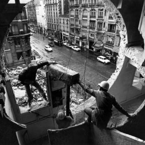 Imagen destacada: Gordon Matta-Clark y Gerry Hovagimyan trabajando en Conical Intersect, 1975. Foto: Harry Gruyaert © 2017 Estate of Gordon Matta-Clark / Artists Rights Society (ARS), New York y David Zwirner, New York