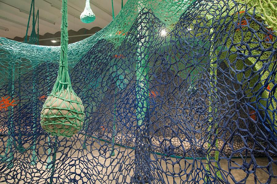 Vista de la muestra Um dia todos fomos peixes de Ernesto Neto en Blueproject Foundation, Barcelona. Foto: cortesía de la fundación.